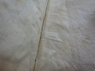 Einband des 18. Jh.: deutlich sichtbar der geteilte Pergamentbund